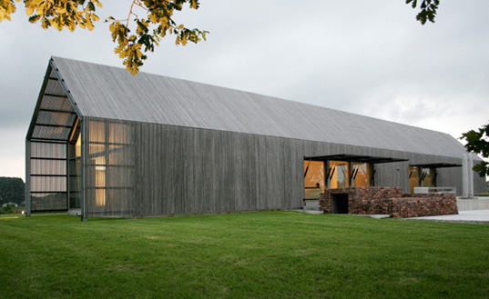 Recycled belgian barn house by architect rita huys for Simple barn homes